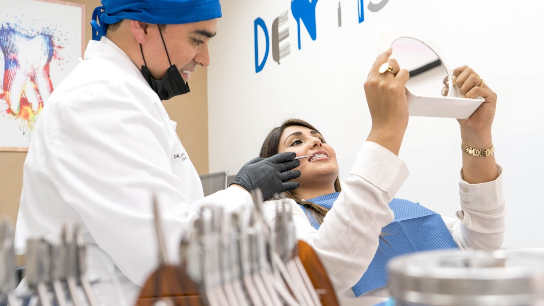 Doctor realizando consulta odontológica de Ortodoncia a paciente