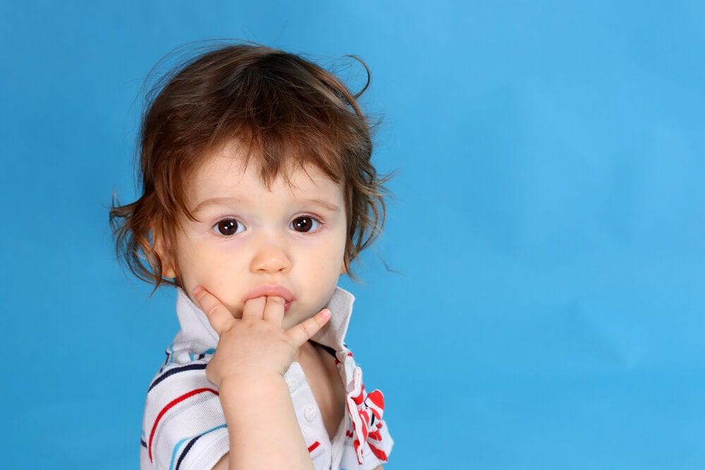 Niño realizando mal hábito de succionar los dedos